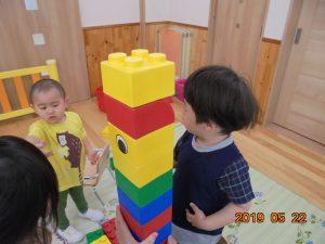 よいしょ、よいしょ…。お友達と一緒にブロックを高く積み上げました。自分の身長よりも高く積み上げられたブロックを見て、とても喜んでいました。