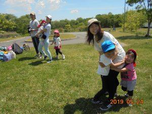 親子遠足でとわだピアに行ってきました。公園に来たことのあるお友だちも幼稚園で来るのとは違いとても楽しんでいる様子が見られました。 ゲームでは親子触れ合いゲームなどを行い、親子の笑顔がたくさん見られました。