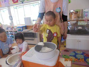 初めてのよもぎ餅作りに2歳児さんも挑戦。自分たちで作ったよもぎ餅は、とても美味しかったですね。