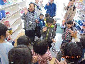 県立八戸盲聾学校幼稚部のお友だちとの交流会。手話で挨拶をします。
