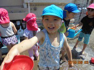 暑い日が多くなり、今年初めて泥んこ遊びをしました。水や泥の感触が心地よく子どもたちは大はしゃぎ。「先生にお水あげるよ」