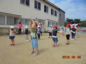 親子の集いに向けて、運動遊びを楽しんでいます。準備体操はディズニ―の曲に合わせて「腕を大きく回して~!」おうちの方と一緒に出来るのが楽しみです。