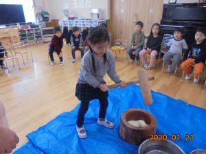 木の臼と杵でおもちをつきました。お米からお餅になっていく様子に、子どもたちはびっくりです。